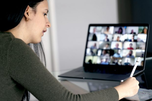 vrouw werkt achter de laptop